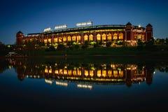 Estadio de béisbol reflejado imagenes de archivo