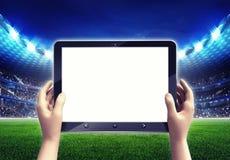 Estadio de fútbol con el marco blanco vacío de la tableta Imagenes de archivo