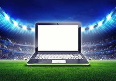 Estadio de fútbol con el marco de pantalla vacío del ordenador portátil Foto de archivo