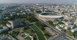 Estadio de fútbol en la ciudad de Minsk la capital del panorama de Bielorrusia de los edificios residenciales del negocio del pai almacen de video