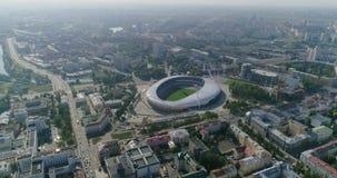 Estadio de fútbol en la ciudad de Minsk la capital del panorama de Bielorrusia de los edificios residenciales del negocio del pai almacen de metraje de vídeo