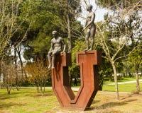 Estadio de la universidad, Lisboa, Portugal: estatua en la entrada Fotografía de archivo