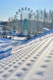 Estadio de los deportes al aire libre en la nieve al día de invierno claro sin la gente Foto de archivo