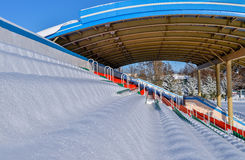 Estadio de los deportes al aire libre en la nieve al día de invierno claro sin la gente Foto de archivo libre de regalías