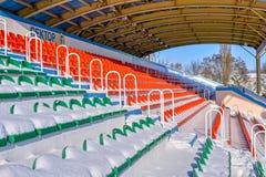 Estadio de los deportes al aire libre en la nieve al día de invierno claro sin la gente Imagenes de archivo