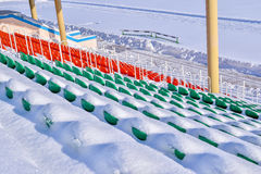 Estadio de los deportes al aire libre en la nieve al día de invierno claro sin la gente Imagen de archivo libre de regalías