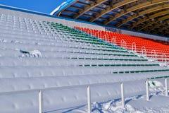 Estadio de los deportes al aire libre en la nieve al día de invierno claro sin la gente Fotografía de archivo libre de regalías