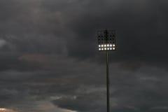 Estadio ligero o deportes que se encienden contra raincloud Fotografía de archivo