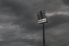 Estadio ligero o deportes que se encienden contra raincloud Foto de archivo libre de regalías