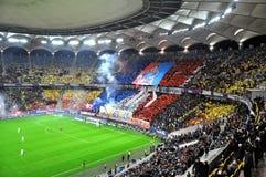 Estadio por completo con los fanáticos del fútbol Fotos de archivo libres de regalías