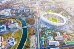 Estadio rodeado por la opinión aérea de los edificios Arena de Dinamo en Minsk imagenes de archivo