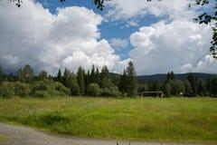 Estadio rural con un campo de fútbol y una vieja puerta del fútbol Fotos de archivo libres de regalías