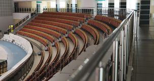 Estadio vacío con las porciones de asientos rojos, preparación del concierto almacen de video