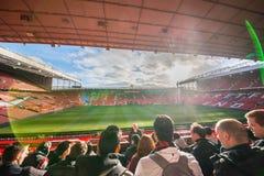 Estadio viejo de Trafford de la visita no identificada de los turistas imágenes de archivo libres de regalías