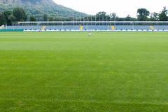 Estadio y sportsfield vacíos Imagen de archivo libre de regalías