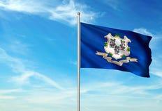 Estado de Connecticut de la bandera de Estados Unidos que agita el ejemplo realista 3d del fondo del cielo azul imágenes de archivo libres de regalías