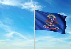 Estado de Dakota del Norte de la bandera de Estados Unidos que agita el ejemplo realista 3d del fondo del cielo azul foto de archivo libre de regalías