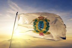 Estado de Durango de tela de pano de matéria têxtil da bandeira de México que acena na névoa superior da névoa do nascer do sol imagem de stock