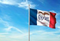 Estado de Iowa de la bandera de Estados Unidos que agita el ejemplo realista 3d del fondo del cielo azul fotografía de archivo