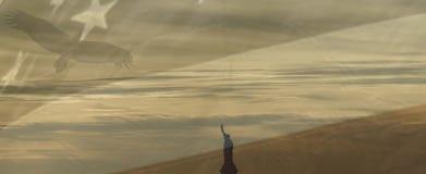 Estado de la libertad con la bandera de América Foto de archivo libre de regalías