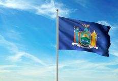Estado de Nueva York de la bandera de Estados Unidos que agita el ejemplo realista 3d del fondo del cielo azul imagen de archivo libre de regalías