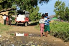 ESTADO DE RAKHINE, MYANMAR - 5 DE NOVIEMBRE: Los centenares de musulmanes Rohingya están sufriendo la desnutrición severa en camp Foto de archivo libre de regalías