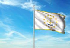 Estado de Rhode Island de la bandera de Estados Unidos que agita el ejemplo realista 3d del fondo del cielo azul fotos de archivo