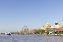 Estado de Tigre Buenos Aires/Argentina 06/18/2014 Navigação do barco no delta de Parana e no parque de diversões direito Tigre Bu foto de stock