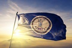 Estado de Virgínia da tela de pano de matéria têxtil da bandeira do Estados Unidos da América que acena na parte superior fotografia de stock