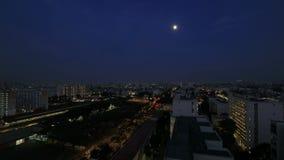 Estado de vivienda de protección oficial de Singapur en Eunos en la hora azul con lapso de tiempo de la luna almacen de video