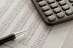 Estado financiero y pluma Imágenes de archivo libres de regalías
