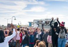 Estados San-Francisco-unidos, o 13 de julho de 2014: Artista masculino caucasiano positivo Performing Outdoors da rua Fotografia de Stock Royalty Free