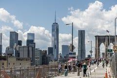 Estados Unidos 25 de New York City 05 Opinião 2014 da skyline dos povos da ponte de Brooklyn que andam perto Imagens de Stock