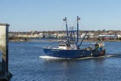 Estados Unidos do barco de pesca comercial que aproxima a barreira do furacão de New Bedford fotografia de stock