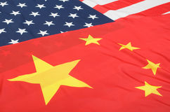 Estados Unidos e bandeiras de China foto de stock