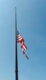 Estados Unidos señalan el vuelo por medio de una bandera en el medio palo Imagen de archivo libre de regalías