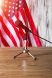 Estados Unidos señalan por medio de una bandera y micrófono Imágenes de archivo libres de regalías