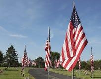 Estados Unidos señalan a veteranos del honor por medio de una bandera el Memorial Day Fotografía de archivo
