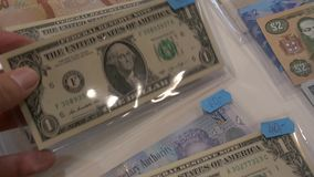 Estados Unidos un billete de dólar y cientos dólares jamaicanos almacen de metraje de vídeo