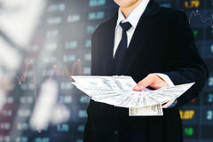 Estafa financiera del negocio de las cuentas de dólar de EE. UU. del dinero de Holding del hombre de negocios Fotos de archivo libres de regalías