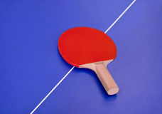 Estafa para los tenis de mesa en una tabla Foto de archivo