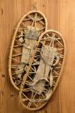 Estafas viejas de la nieve en la pared de madera en una cabina de la montaña Imagen de archivo