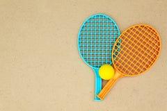 Estafas y bola de tenis en la tabla imagenes de archivo