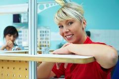 Estagiário no laboratório dental imagens de stock
