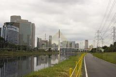 Estaiada桥梁、少量的Pinheiros Ciclo道路和摩天大楼在圣保罗,巴西 免版税库存照片