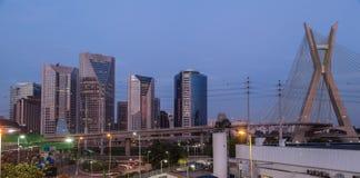 Estaiada överbryggar den Sao Paulo solnedgången royaltyfria bilder