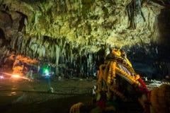 Estalactita en interior de la cueva con la luz del color en la cueva del compartimiento de Khao Fotografía de archivo