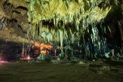 Estalactita en interior de la cueva con la luz del color en la cueva del compartimiento de Khao Foto de archivo