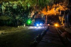 Estalactita en interior de la cueva con la luz del color en la cueva del compartimiento de Khao Imágenes de archivo libres de regalías