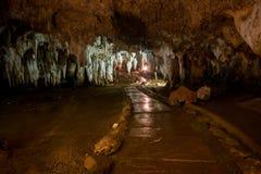 Estalactita en interior de la cueva con la luz del color en la cueva del compartimiento de Khao Fotos de archivo